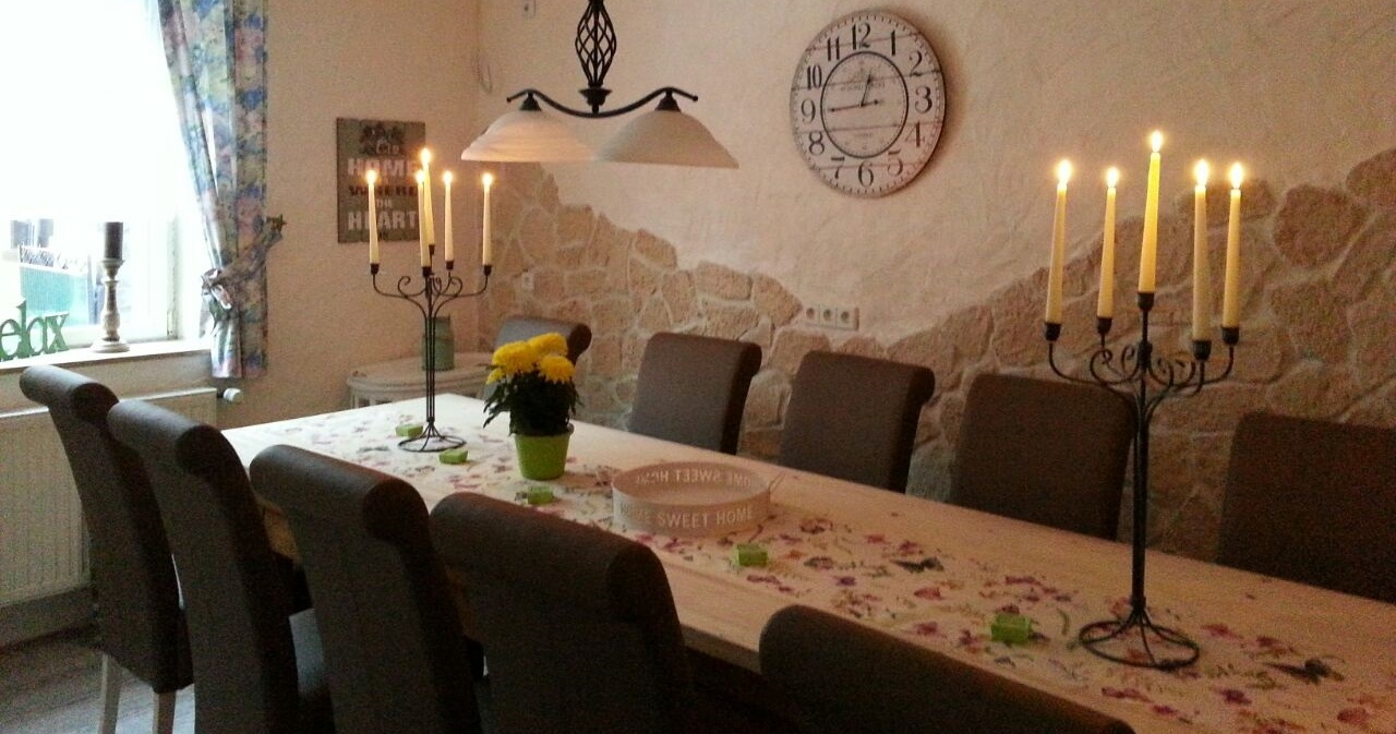 Eifel-Cottage-Dining-Table-with-kitchen